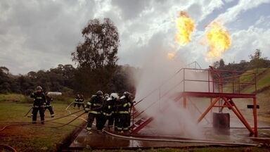Hoje é dia de bombeiro: apagando incêndios - Alexandre Henderson acompanha um dia de treinamento na Escola Superior de Bombeiros, participando de uma simulação de combate a incêndio.