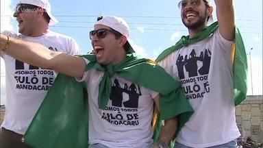 Caruaru faz festa para a banda Fulô de Mandacaru - Grupo foi recebido na cidade natal com honras de superstar e desfilou em carro de bombeiro pelas ruas de Caruaru