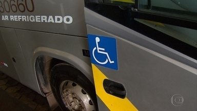 Passageiros com mobilidade reduzida têm dificuldades para ter acesso a ônibus de viagem - Todos os ônibus coletivos de Belo Horizonte devem ser acessíveis para deficientes até o fim do ano, segundo o sindicato das empresas de transportes. A medida atende o Estatuto da Pessoa com Deficiência, que vale desde janeiro.