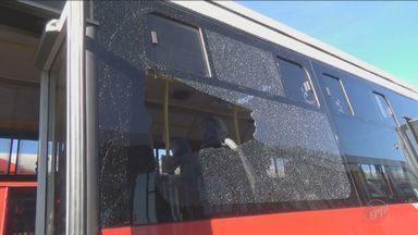 Ônibus do transporte público são alvos de vandalismo, em Campinas - Ação aconteceu no último domingo (3). Ao todo seis ônibus foram danificados. As empresas do transporte público estimam que os prejuízos com a depredação podem chegar a R$ 15 mil.