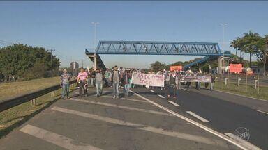 Protesto de moradores tumultua o trânsito na Rodpvoa Zé Ferino Vaz em Paulínia - A manifestação aconteceu na manhã desta segunda-feira (4), no km 129 da rodovia. Os moradores querem que as empresas contratem mão de obra da região.