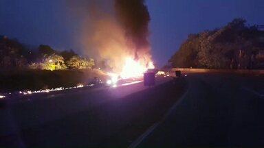 Caminhão carregado com combustível explode na BR 277 - Doze carros se envolveram no acidente e pelo menos quatro pessoas morreram. Outras 15 se feriram gravemente.