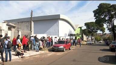 Trabalhadores fazem fila para concorrer à vaga de emprego, em Mandaguari - São 250 vagas disponíveis para trabalhar na área de produção de um frigorífico, da região.