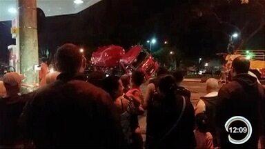 JK ficou interditada por conta do acidente com os bombeiros - Veículo foi desvirado na noite deste domingo (3).