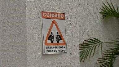 Cartazes próximos às delegacias alertam para fugas constantes e riscos de assalto - Cartazes foram colocados nas delegacias de Fortaleza.
