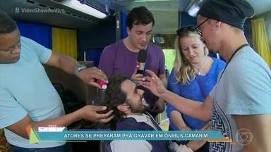 Rafael Cortez invade o ônibus-camarim de 'Liberdade, Liberdade' - Atores se preparam no ônibus adaptado, que acompanha o elenco nas gravações externas