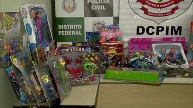 Polícia apreende brinquedos pirateados no DF - Três mil brinquedos falsificados foram apreendidos na feira dos importados.