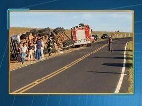 Caminhão tomba em estrada vicinal de Álvares Machado - Veículo foi parar no acostamento e duas pessoas ficaram levemente feridas.