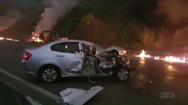 Acidente trágico na BR-277 deixa mortos e feridos; bebê é encontrado ileso - Caminhão carregado de etanol bateu e deu início a incêndio, que se alastrou pela rodovia.