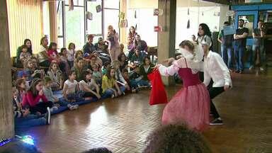 Crianças podem aproveitar as férias se divertindo na biblioteca de Cascavel - Até o fim de semana tem contação de histórias para os pequenos.