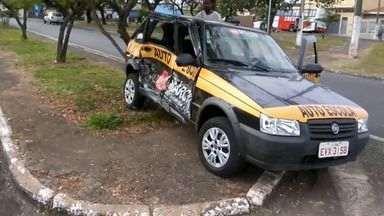 Suspeitos de furto causam acidente com veículo de autoescola em Franca, SP - Após colisão, grupo abandonou veículo e fugiu a pé.