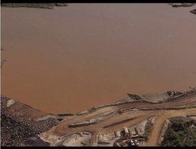 PM embarga obra não autorizada da Samarco em Mariana e multa empresa - Intervenções são em lago atrás de dique construído para conter rejeitos.