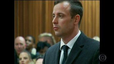 Oscar Pistorius é condenado a seis meses de prisão pelo assassinato da namorada - O campeão paralímpico matou a namorada, Reeva Steenkamp, dentro do banheiro da casa dele, em Pretória.
