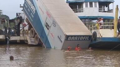 Caminhão cai de balsa e interrompe travessia do rio Matapi, no Amapá - Um acidente com um caminhão modificou toda a rotina de quem precisa das balsas do rio Matapi para chegar ou sair de Mazagão. O caminhão caiu no rio, e impediu a travessia por mais de quatro horas.