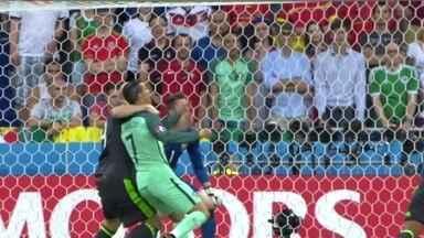 Cristiano Ronaldo é agarrado na área, mas árbitro manda seguir aos 9 do 1º tempo - Cristiano Ronaldo é agarrado na área, mas árbitro manda seguir aos 9 do 1º tempo