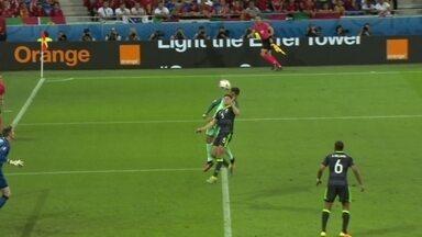 Adrien Silva cruza da esquerda e Criatiano Ronaldo cabeceia para fora aos 44 do 1º tempo - Adrien Silva cruza da esquerda e Criatiano Ronaldo cabeceia para fora aos 44 do 1º tempo