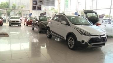 Venda de carros cai 25% no primeiro semestre, diz pesquisa - Concessionárias fazem promoções para tentar driblar crise.
