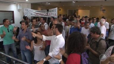 Moradores de Porto Seguro protestam na câmara contra aumento de salário dos vereadores - População questiona reajuste salarial de 21,4%, aprovado na última sessão da Câmara.