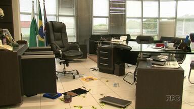 Bandidos assaltam prefeitura de Cianorte durante a madrugada - Os assaltantes entraram no prédio por uma janela, renderam o vigia e fugiram em um carro oficial do município levando documentos e um cofre que estava no gabinete do prefeito.