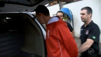 Ex-goleiro é preso em operação que investiga fraudes em jogos de futebol - O ex-goleiro do América de Rio Preto Carlos Henrique Franco Luna, de 33 anos, foi preso na manhã desta quarta-feira (6) no Jardim Nazareth, em São José do Rio Preto (SP), por policiais da 5ª Delegacia de Polícia de Repressão aos Delitos de Intolerância Esportiva (Drade), que faz parte do Departamento Estadual de Homicídios e Proteção à Pessoa (DHPP). Duas pessoas foram presas em Bauru.