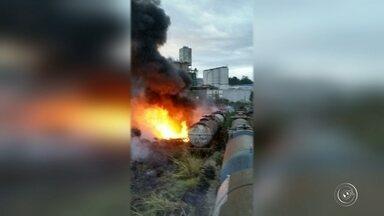 Incêndio atinge área de mata em Mairinque - Vagões abandonados entre os kms 65 e 66 da Estrada do Café, em Mairinque (SP), pegaram fogo na tarde desta quarta-feira (6). Segundo infomações do Corpo de Bombeiros, não há vítimas.