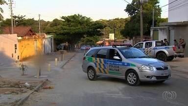 Suspeitos de roubar carros são baleados durante troca de tiros com PM, em Goiás - Dupla dirigia carro quando bateu em um carro da Polícia Militar e atiraram contra os policiais, conforme boletim de ocorrência.