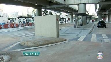 Prefeitura refaz parte de obra de terminal novo na Zona Sul da capital - O terminal de ônibus da Avenida Roberto Marinho está pronto desde o ano passado. Mas, a Prefeitura teve de fazer adequações para que ônibus articulados e biarticulados possam transitar pelo local.