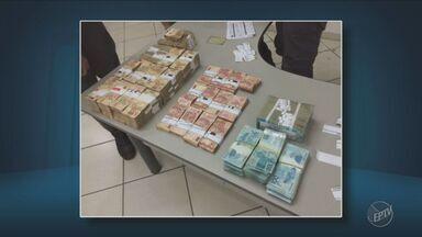 Polícia recupera R$ 542 mil que haviam sido roubados de um carro-forte - Duas pessoas foram presas e o dinheiro estava em duas mochilas.