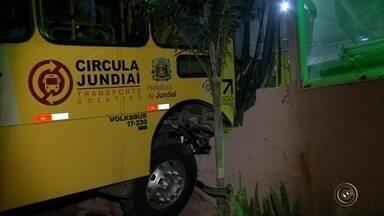 Ônibus invade choperia e deixa três feridos em Jundiaí - O motorista de um ônibus perdeu o controle do veículo e o transporte público acabou invadindo uma choperia no bairro Colônia, em Jundiaí (SP), na noite desta quarta-feira (6). Segundo informações do Corpo de Bombeiros, o acidente feriu o motorista e dois passageiros.