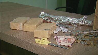 Dois são presos com 3 kg de cocaína em Franca, SP - Um dos supostos traficantes tentou fugir quando percebeu a ação da polícia, houve perseguição, mas o homem acabou preso.