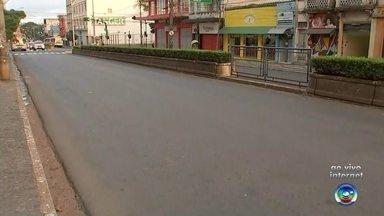 Trecho da Avenida Rodrigues Alves é interditado devido às obras - Nesta quinta-feira (7), um novo trecho da Avenida Rodrigues Alves, em Bauru (SP), foi interditado. Em função das obras de recuperação do asfalto, meia pista da Avenida está bloqueada.