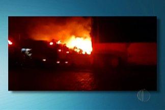 Incêndio atinge mais uma vez galpão no distrito de Jundiapeba, em Mogi das Cruzes - Incêndio começou às 2h, desta quinta (7) e foi controlado às 4h.