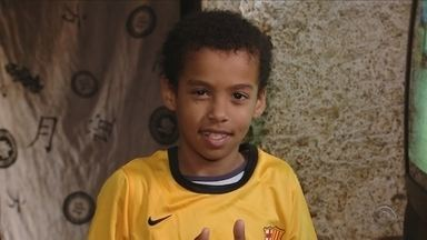 Conheça o pequeno Artur, selecionado para participar da escola de futebol do Barcelona - Conheça o pequeno Artur, selecionado para participar da escola de futebol do Barcelona por uma semana em Florianópolis