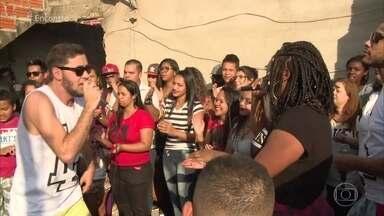 Projeto 'Louva na Laje' leva a igreja para a periferia de São Paulo - Jovens se reúnem na laje para cantar música gospel e louvores. O grupo recebeu elogios de Ed Motta nas redes sociais