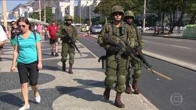 Forças Armadas começam a treinar patrulhamento para a Olimpíada do Rio - No Rio de Janeiro, mil homens do Exército, da Marinha e da Aeronáutica fizeram neste sábado (9) um treinamento pra olimpíada. Enquanto o pessoal joga vôlei, a marinha faz o patrulhamento em alto-mar.