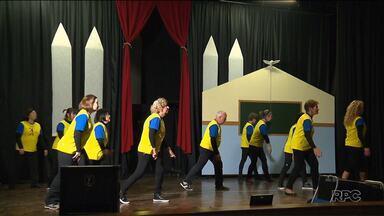 Paixão pela dança - Conheça a história de dois grupos, de diferentes idades,que dançam e são felizes!