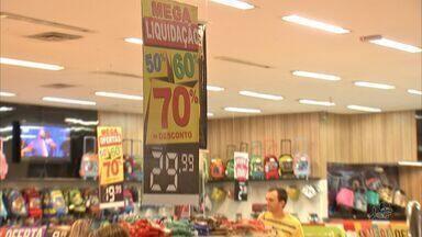 Shoppings e lojas do Centro abrem temporada de promoção - Lojistas fazem queima de estoque
