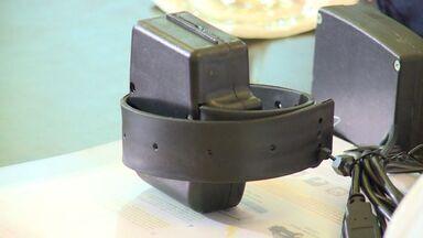 Governo quer trocar fornecedora de tornozeleiras eletrônicas no ES - Custo de R$ 1,5 mil por tornozeleira danificada é considerado alto.Abertura de licitação deve ser feita ainda neste mês.