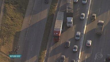 Caminhão com problemas mecânicos atrapalha tráfego no Anel Rodoviário de BH - Veículo ocupava uma das faixas no sentido Rio de Janeiro.
