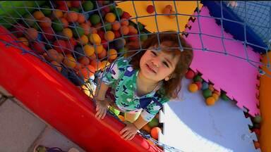 Pais buscam brincadeiras para entreter as crianças durante as férias - É uma forma de divertir as crianças a custo zero