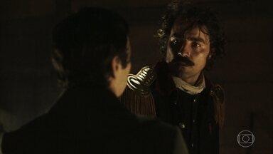 André e Tolentino se entregam ao amor - Filho de Raposo tenta consolar o amigo após bronca de Rubião e os dois acabam ficando juntos