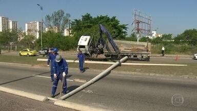 Poste cai no meio da Avenida das Américas - Um caminhão que retirava postes do canteiro central deixou cair dois deles e quase tombou.