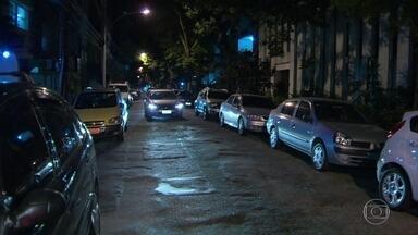 Assaltante é baleado em Botafogo - O bandido tentou roubar um homem na rua, só não sabia que a vítima era policial civil. O homem reagiu e atirou em Matheus Domingos Golar, de 18 anos, que foi atingido no abdômen e no tórax. O caso aconteceu na Rua 19 de Fevereiro.