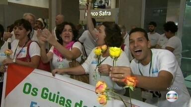 Guias tentam causar boa impressão a turistas no Aeroporto Internacional do Rio - Os guias turísticos do Rio fazem uma manifestação do bem no Aeroporto Tom Jobim, em contraponto aos policiais e auditores fiscais. Em vez de cartazes com os dizeres 'Bem-vindo ao inferno', eles distribuem flores e sorrisos.