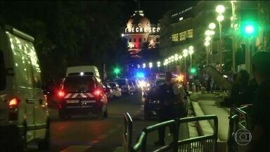 Caminhão avança sobre multidão e mata mais de 80 em ataque na França - França sofre mais um atentado. Mais de 80 pessoas morreram após um caminhão avançar sobre a multidão.