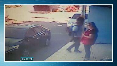 Bandido ameaça atirar no rosto e assalta mulher no Parque Manibura - Ação foi registrada por câmeras de segurança.