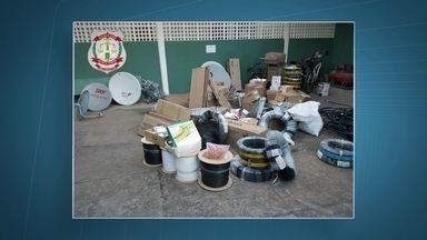 Homem que furtava cabos de fibra ótica é preso no DF - Ele foi preso em flagrante com cinco caixas de fiação dentro do carro. Um outro criminoso roubos uma moto e anunciava o veículo na internet. Uma igreja na QR633, em Samambaia, teve um equipamento de som roubado.