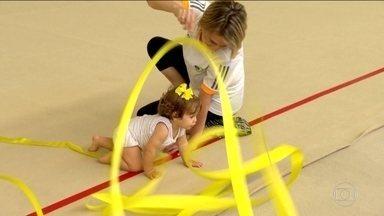Técnica da ginástica rítmica brasileira, Camila Ferezin concilia maternidade com treinos - Camila Ferezin, técnica do Brasil, leva sua filha Maria Clara para os treinos e faz a alegria de todos da equipe.