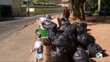 Moradores reclamam de lixo acumulado pelas ruas de Valença, RJ - Problema acontece porque prefeitura não pode mais levar lixo para Aterro Controlado de Quirino, que foi interditado pelo Inea.