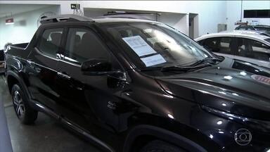 Vendas de carros novos financiados caíram 30% em relação ao mesmo período de 2015 - Segundo a Fenabrave, essa falta de crédito no mercado é uma das principais causas da queda nas vendas de veículos desde 2014. Em dois anos, o nível de vendas caiu de 300 mil carros por mês para pouco mais de 150 mil.